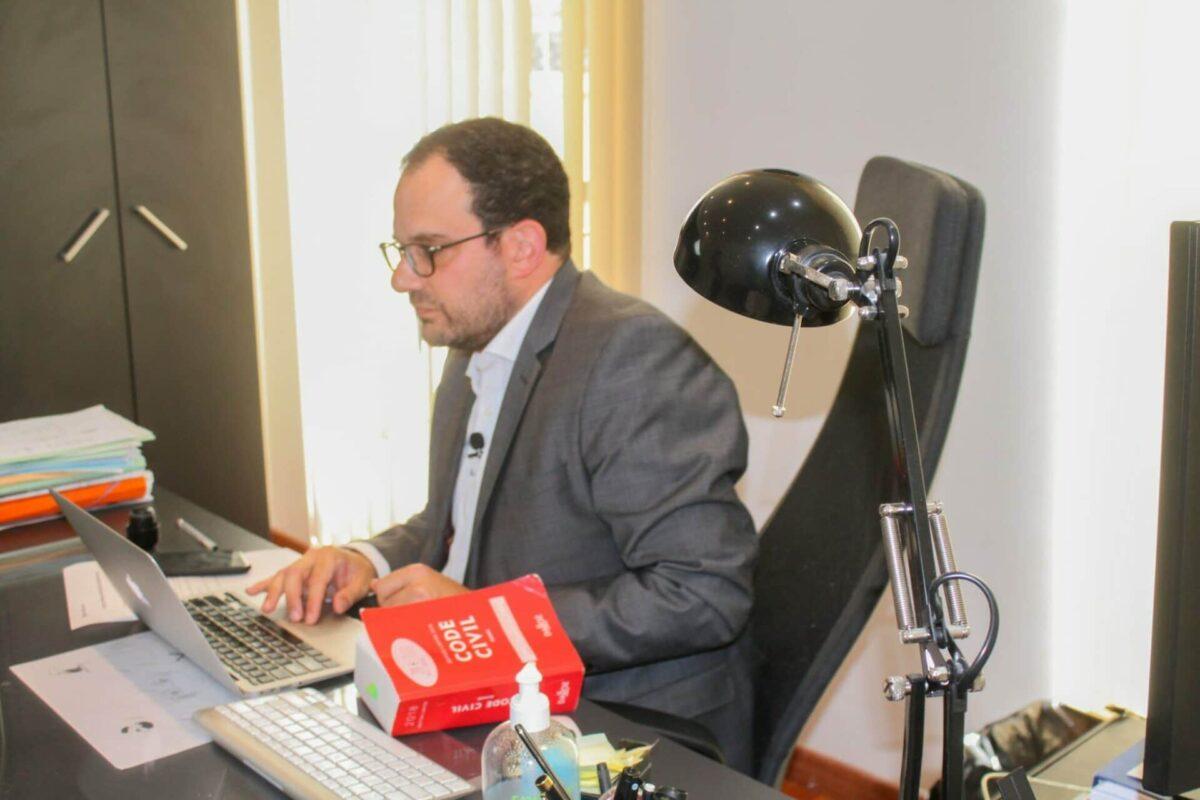 Avocat Maître Henry Bouchara sur son ordinateur